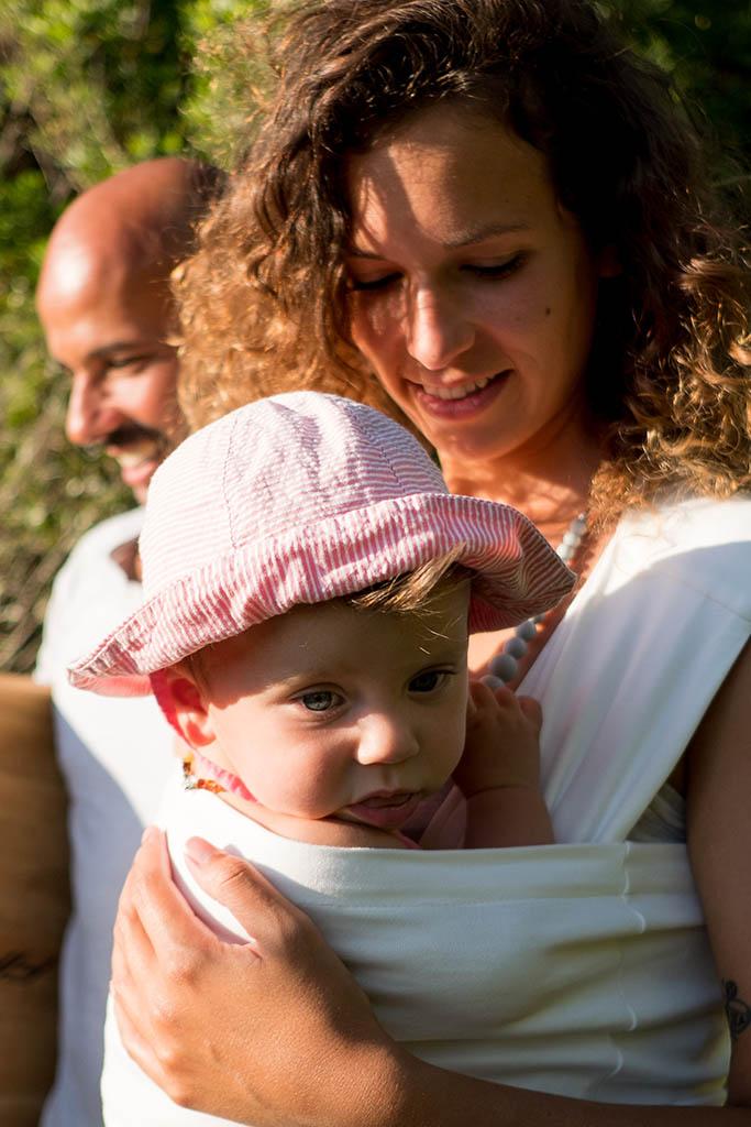 mama-hangs-vetement-porte-bebe-physiologique-femme